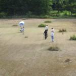 篤いさなかの河原のゴルフ