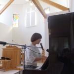 ヨーコ・トリヤベ姉が礼拝で讃美奉仕されました。