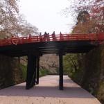 橋の下から見る