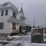 ついに雪が・ひときわ輝く白い会堂