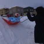 かえなちゃんの雪そり遊び